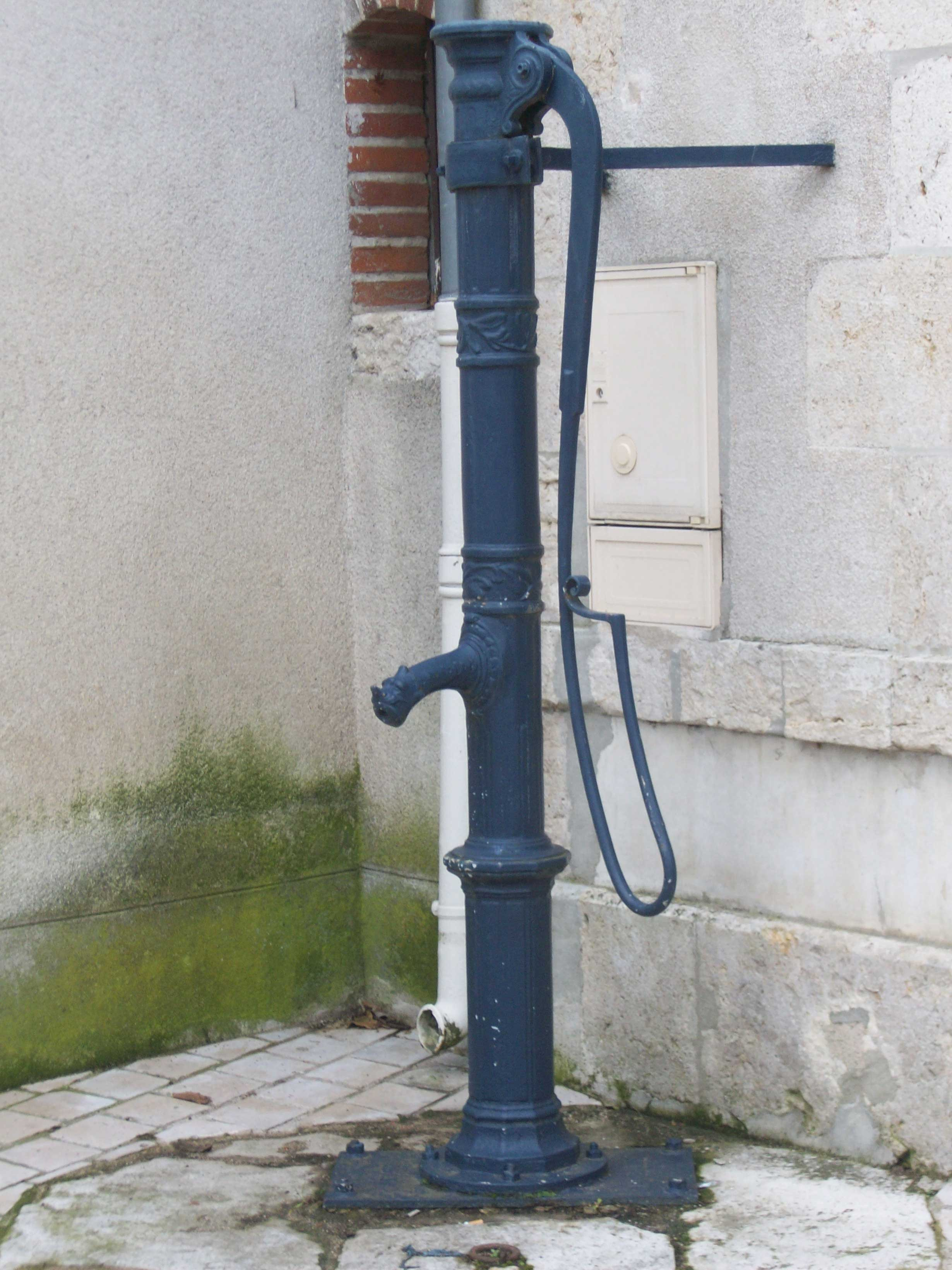Pompe à eau devant la Poste
